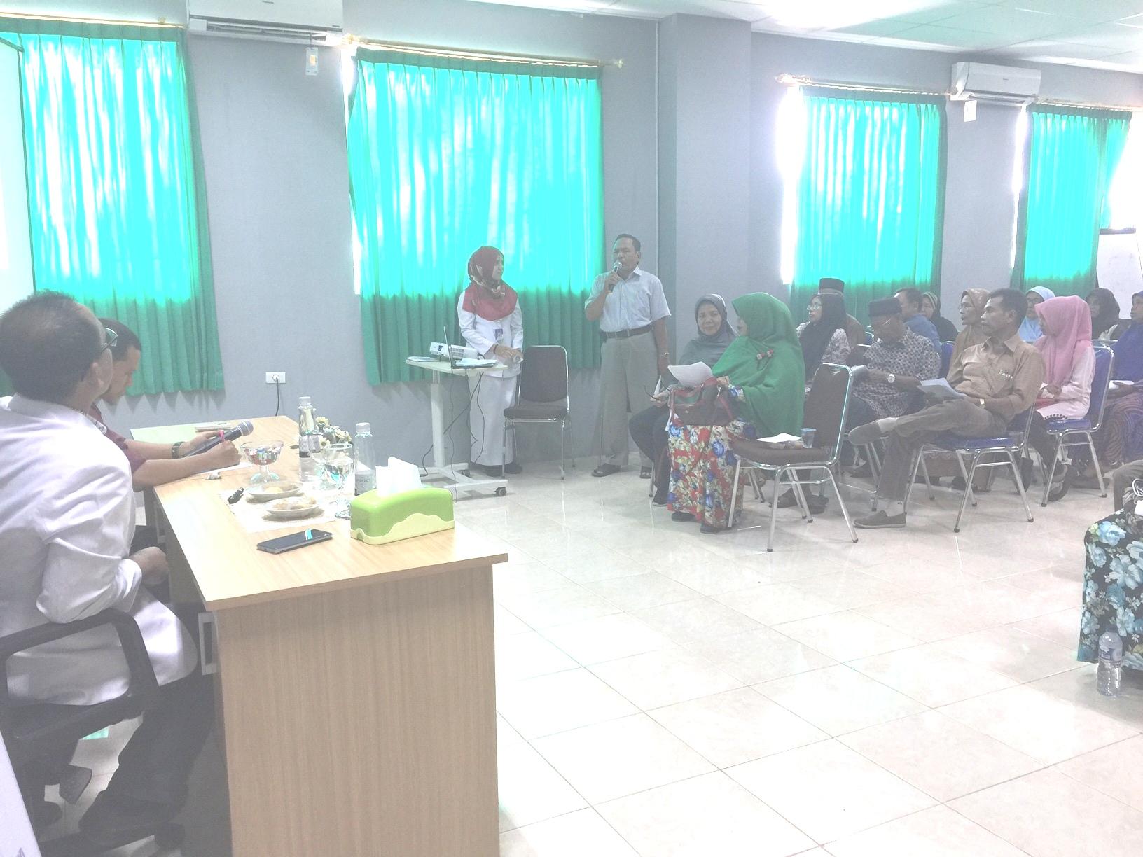 peserta berdiskusi dengan dr spesialis terkait hipertensi
