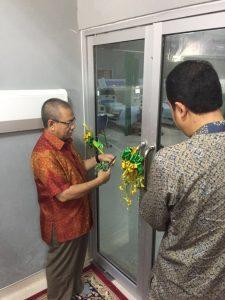 Ir. R. Agung efriyo hadi, P.h.D dan  DR. dr. Maimun Syukri SpPD KGH melakukan pengguntingan pita soft launching unit HD RSPUR